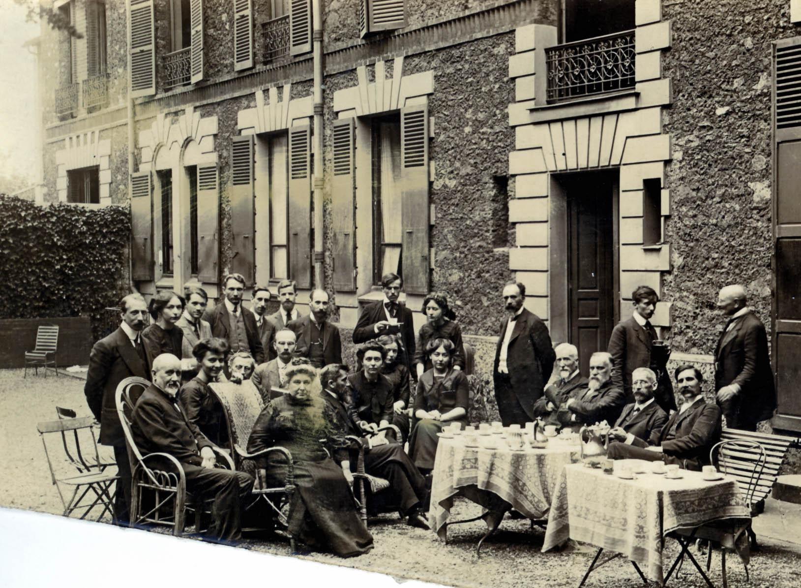 Dans le jardin de la Maison des missions : l'heure du thé Juillet 1912