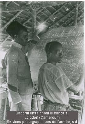 Caporal enseignant le français, Laladorf (Cameroun) Services photographiquesde l'armée, s.d.