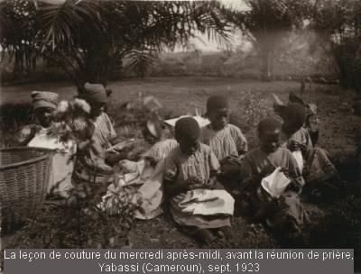 La leçon de couture du mercredi après-midi La leçon de couture du mercredi après-midi, avant la réunion de prière. Yabassi Cameroun), sept. 1923