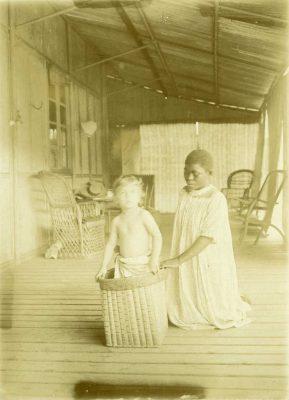 Sous la véranda des Allégret, André Allégret et la jeune Gabonaise qui s'occupait de lui