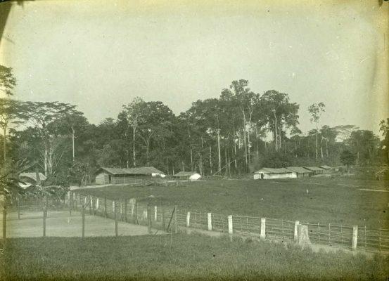 Ecole et dortoir des garçons à droite, hangar du travail et cases d'ouvriers