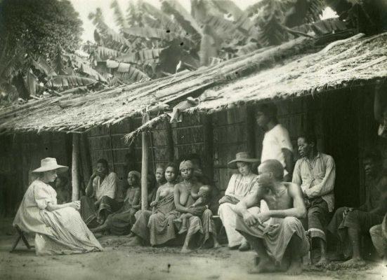 Groupe Gabonais et missionnaires devant une case