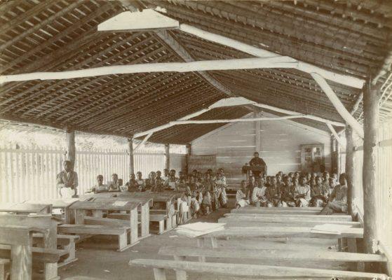 Ecole avec élèves et instituteur (F. Faure?)