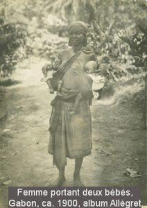 Femme portan deux bébé, Gabon ca. 1900, albu Allégret