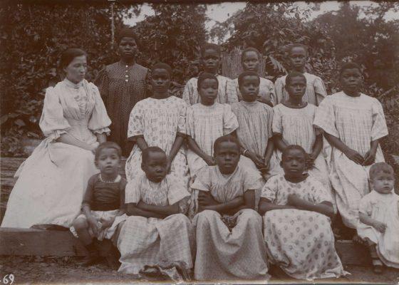 A gauche Suzanne Allégret et devant elle, Jean-Paul (né en 1894), à droite Dodo et Eric (né en 1896)