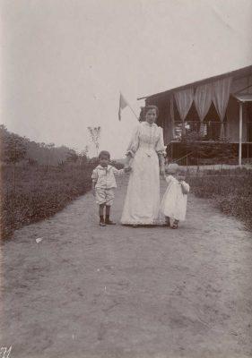 Mme Elie Allégret avec ses deux enfants, Jean-Paul, né en 1894 et Eric né en 1896