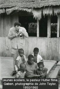 Jeunes écoliers, le pasteur Huter filme, Gabon