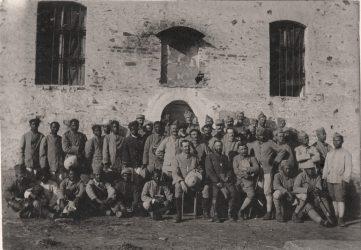 Quelque part dans les Balkans Photo de groupe à la fin d'un culte protestant devant une Eglise grecque bombardée : soldats malgaches, français et tahitiens autour des aumôniers Lafont et Dartigue - s. d