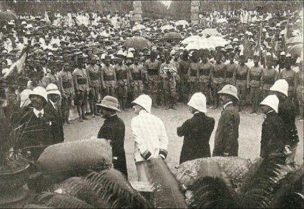 Départ de troupes Tananarive, devant la Résidence du Gouverneur