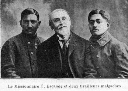 Deux soldats malgaches en compagnie du pasteur Escande