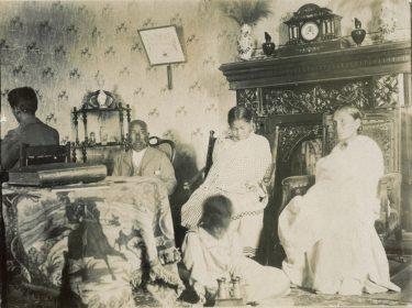 Famille malgache chez elle