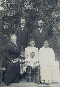 Famille malgache en compagnie d'une amie