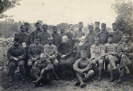 Soldats malgaches en compagnie d'un couple
