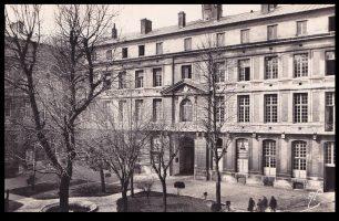 Hôpital militaire de Versailles Guy Parson y sert comme médecin auxiliaire
