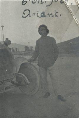 Ramanantena Rakotoson, de l'Armée d'Orient, devant son véhicule