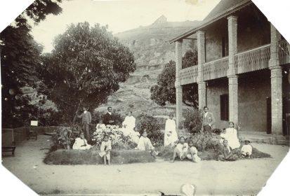 Famille dans le jardin devant leur maison
