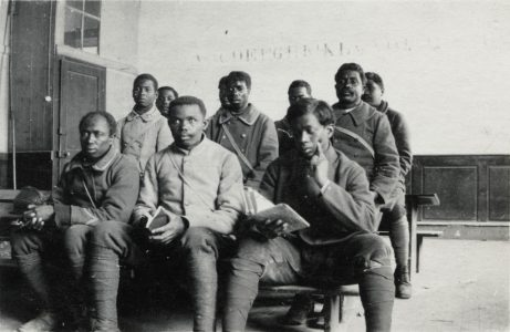Tirailleurs dans une salle de classe