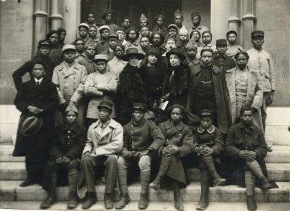 Photo de groupe devant le temple de Toulon après le baptême de soldats