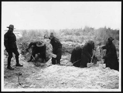 En train de creuser des tranchées