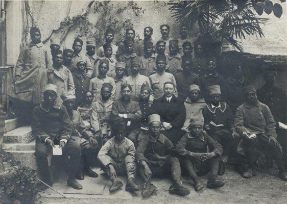 Soldats malgaches, tahitiens et calédoniens avec le pasteur Matossi