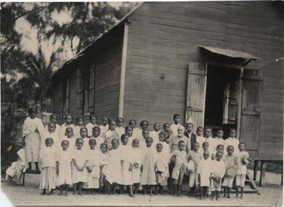 Le missionnaire Elisée Escande avec un groupe d'enfants Tamatave, 1915
