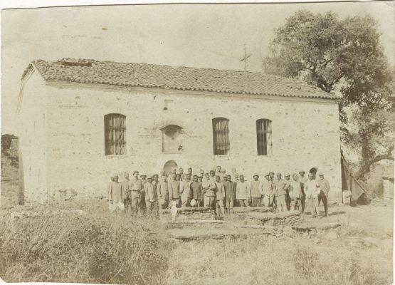 Devant une Eglise grecque bombardée : soldats français, tahitiens et malgaches après un culte protestant