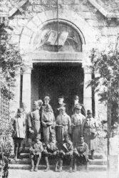 Soldats devant le temple protestant d'Antibes, 27 avril 1919, avec les pasteur L. Sautter, Z. Arnal et E. Lenoir