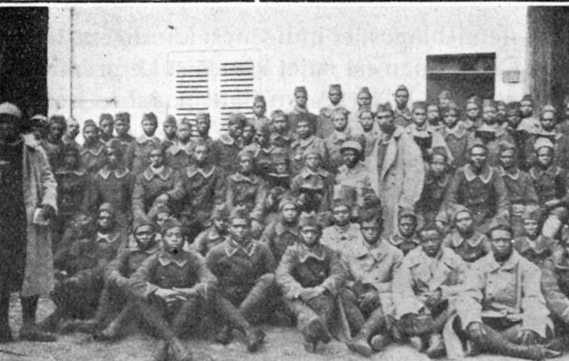 Groupe de brancardiers malgaches