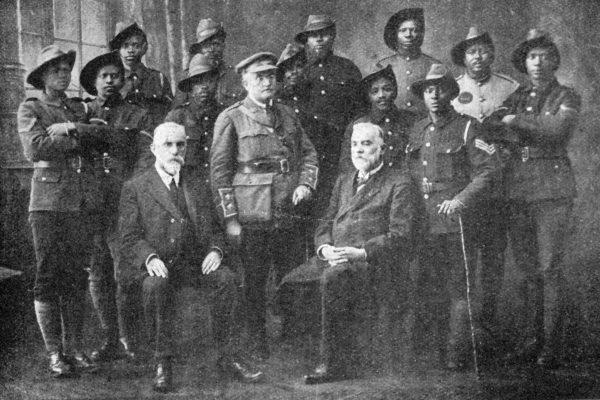 Le lieutenant Ernest Mabille, fils et frère de missionnaires au Lesotho, et des soldats bassoutos